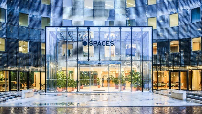 Fachada de cristal de un espacio de coworking en La Défense, en París